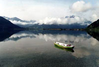 Лодочка на фоне гор. Озеро Целль. Май 2003 г. Курорт Целль-ам-Зее - Капрун / Австрия /