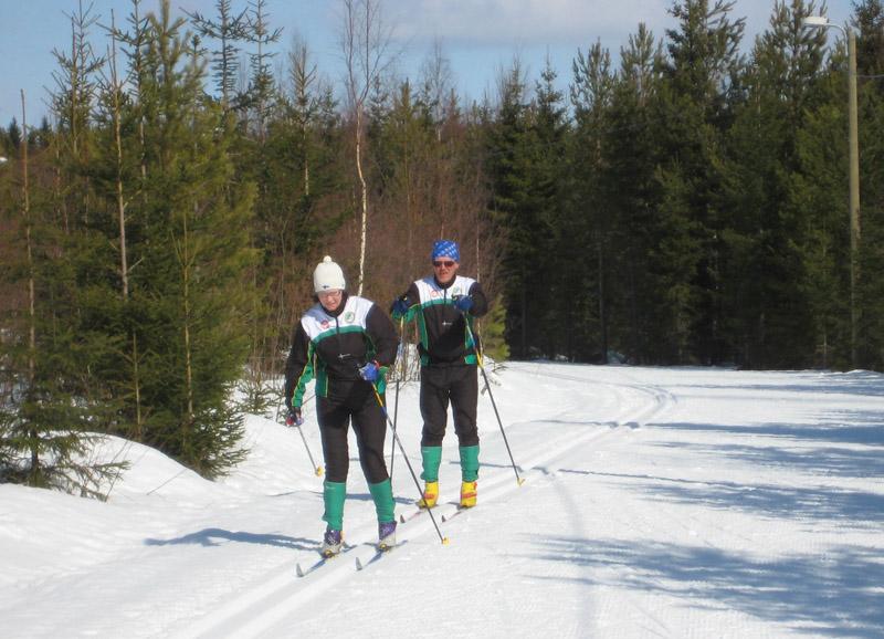 Выбрать лыжи с насечкой или лыжи, которые подразумевают использование лыжной мази – дело ваше. Главное, не откажите себе в этом чуде – возможности скользит по весенней лыжне с вашим спутником или спутницей, как в данном случае делают эти пожилые финны в Вуокатти. Обратите внимание – муж с женой одеты в одинаковые костюмы. За рубежом это сейчас модно – при таком варианте члены семьи (особенно если с детьми) выглядят как одна команда.