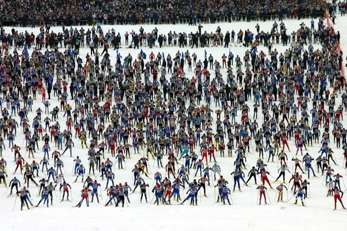 А эту фотографию мы поместили здесь для вас в качестве приманки. Это старт лыжной гонки «Московская лыжня», в которой обычно принимает участие несколько тысяч человек. Понятно, что данная статья адресована людям совершенно иного уровня подготовки, иных ориентиров, иного образа жизни и поведения на лыжне. Но всё же взгляните на этот снимок. А вдруг и вас зацепит? Вдруг и вам когда-нибудь захочется принять участие в такого рода испытании? Если такое вдруг когда-нибудь случится, вам эта статья в качестве руководства к действию уже будет не так уж и нужна, вам понадобятся совсем иные мази, станки, утюги, парафины для подготовки совсем других лыж. Но это будут, поверьте, приятные хлопоты.