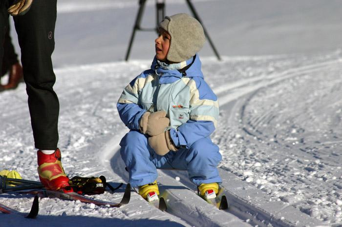 Хорошие лыжи, качественные крепления и комфортные лыжные ботинки – вот что нужно вашему малышу для того, чтобы в любой ситуации чувствовать себя абсолютно свободно.
