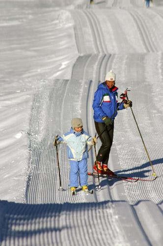 Этот снимок сделан на высокогорной лыжной гонке «Пасо де Лаваце» в Италии. Папа участвует в лыжной гонке и сейчас находится на дистанции, а мама с сыном отправляются по лыжной трассе ему навстречу. Согласитесь, если с малых лет приучать ребенка к лыжам, лыжне, солнцу и снегу, у вас просто не может не вырасти здоровый ребенок.