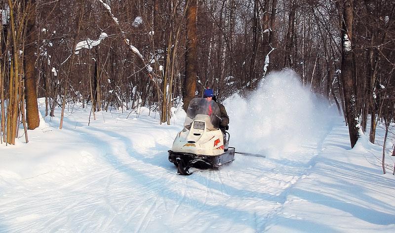 Снегоход с навесными орудиями — хорошее бюджетное решение для малых лыжных центров. фото: Сергей Коновалов