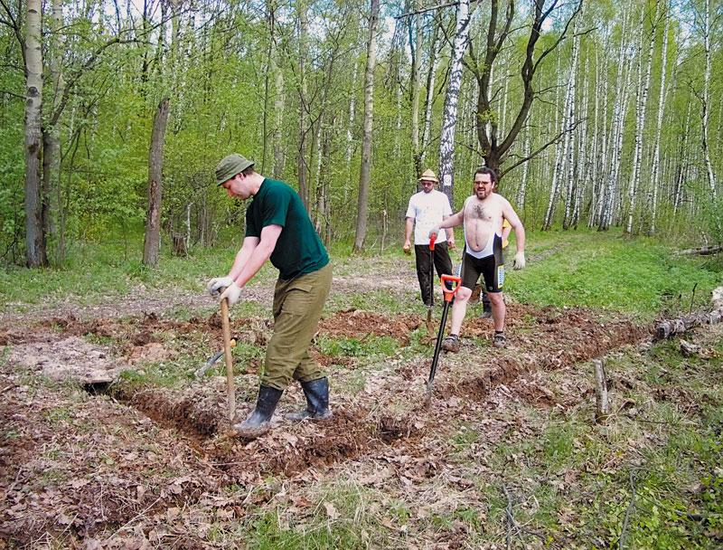 На весенних работах в Ромашково — члены одноименного лыжного клуба. фото: А.Гаврилов