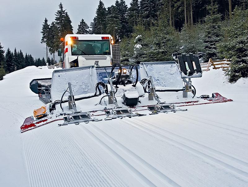 Ретрак Пистен Булли Форматик 350 обладает уникальной особенностью — он может нарезать одновременно 4 лыжни для классического хода (на этом снимке четвёртый, самый правый резак — в поднятом состоянии). фото: Пистен Булли