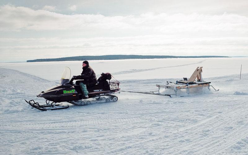 Современный снегоход в сочетании с хорошими приспособлениями (катком, бороной, резаком) является неплохой альтернативой ретраку. фото: Владислав Жарков