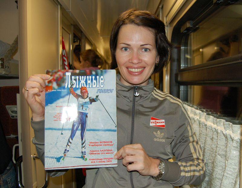 Биатлон. Ольга Медведцева в вагоне поезда Москва-Хельсинки с раритетным журналом