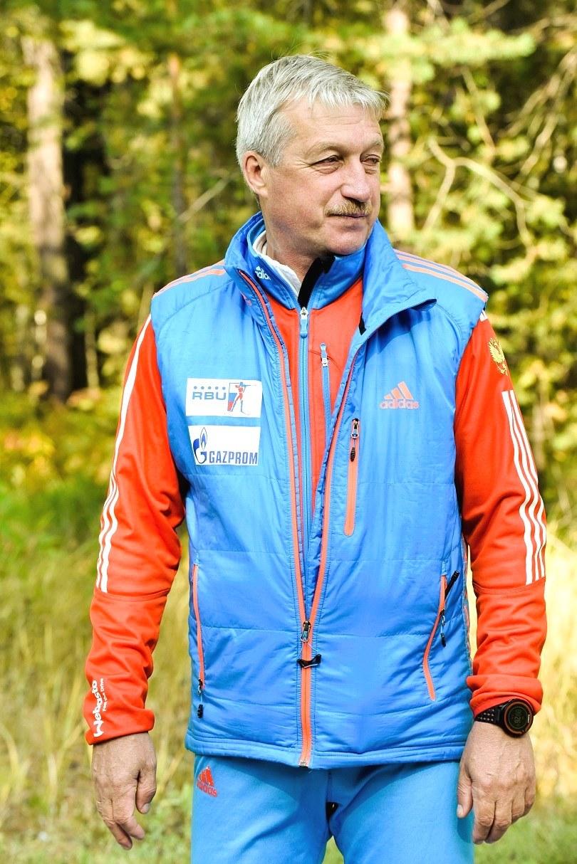 На дальней петле лыжероллерной трассы. Ефимов Сергей Владимирович – тренер группы. Следит за правильным исполнением в движении технических элементов «конькового» хода