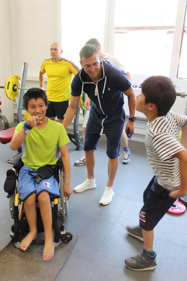 Кроме лыжников, Александр Легков пообщался с паралимпийцами и детьми из секции следж хоккея
