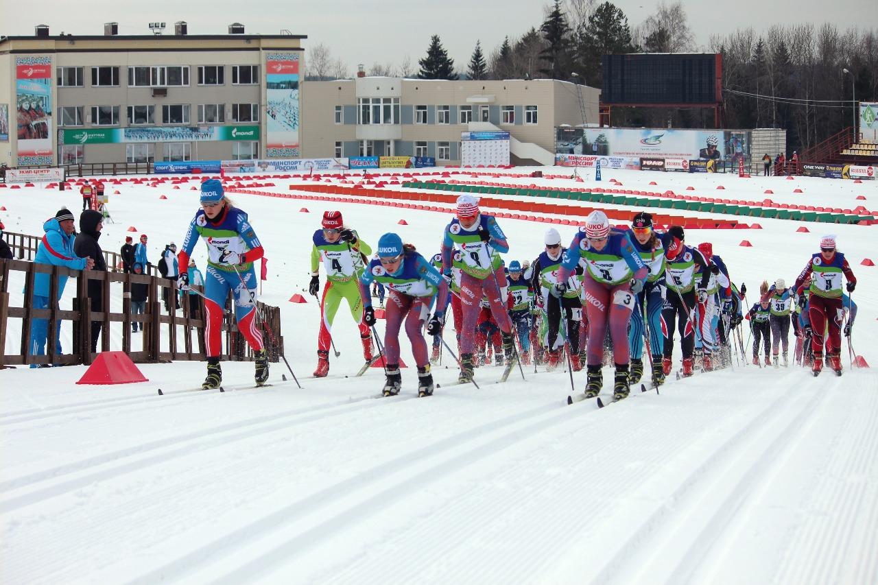 Впереди, конечно, самые опытные - члены сборной команды России, которые отбегали уже не один скиатлон, в том числе и на мировых юниорских первенствах и на внутрироссийских...