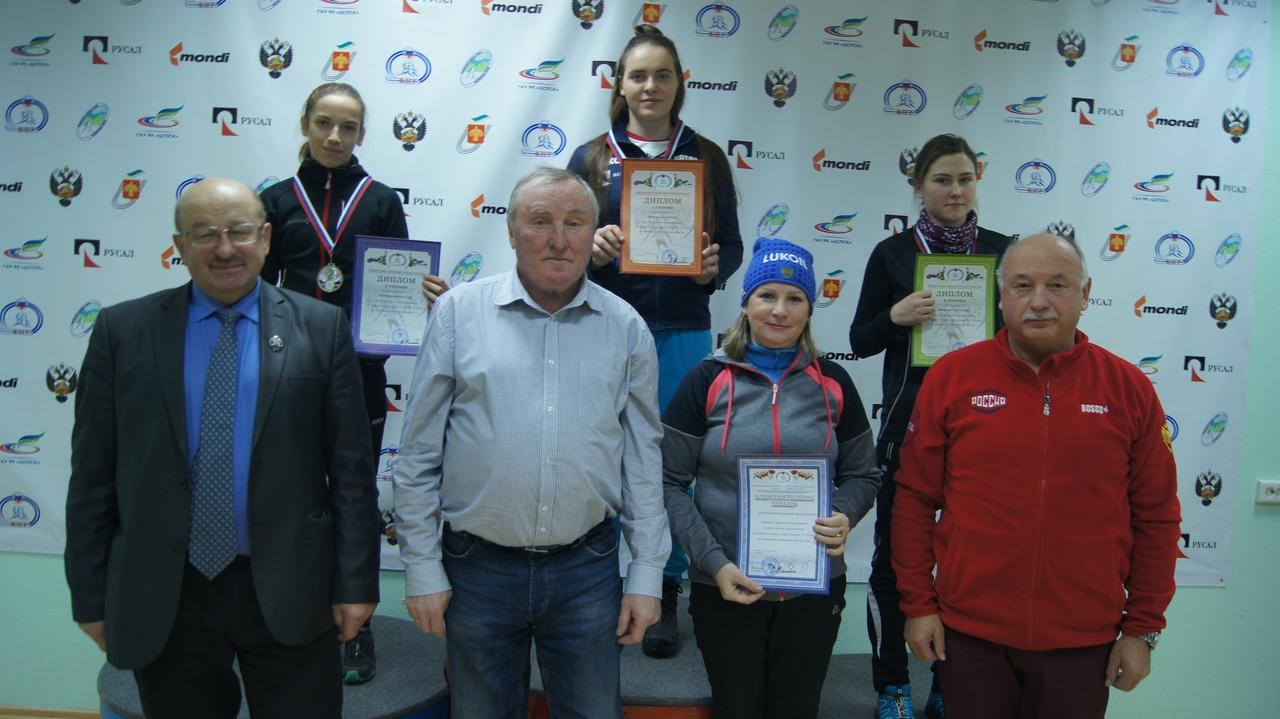 Победительница и призеры гонки девушек на дистанцию 5 км свободным стилем.