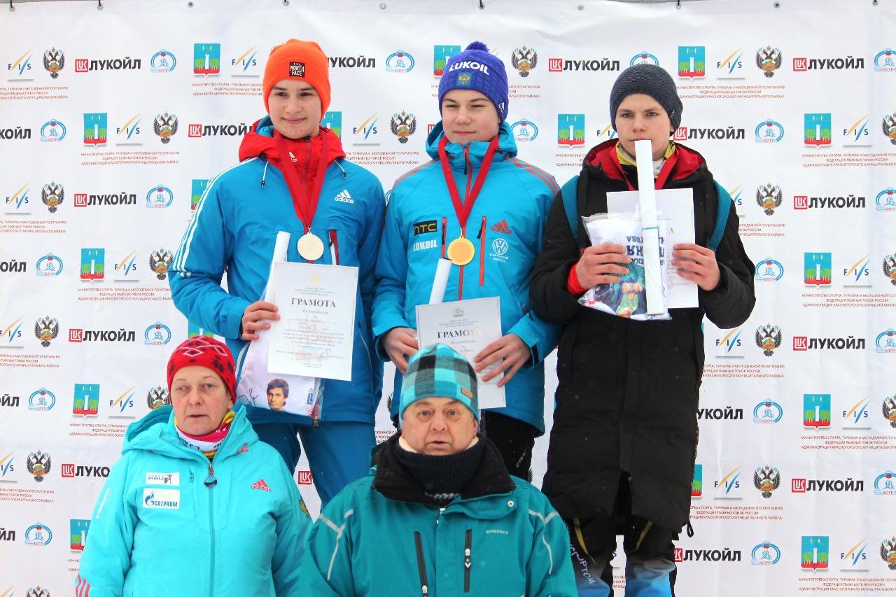 Лауреаты гонки мальчиков младшего возраста на пьедестале.