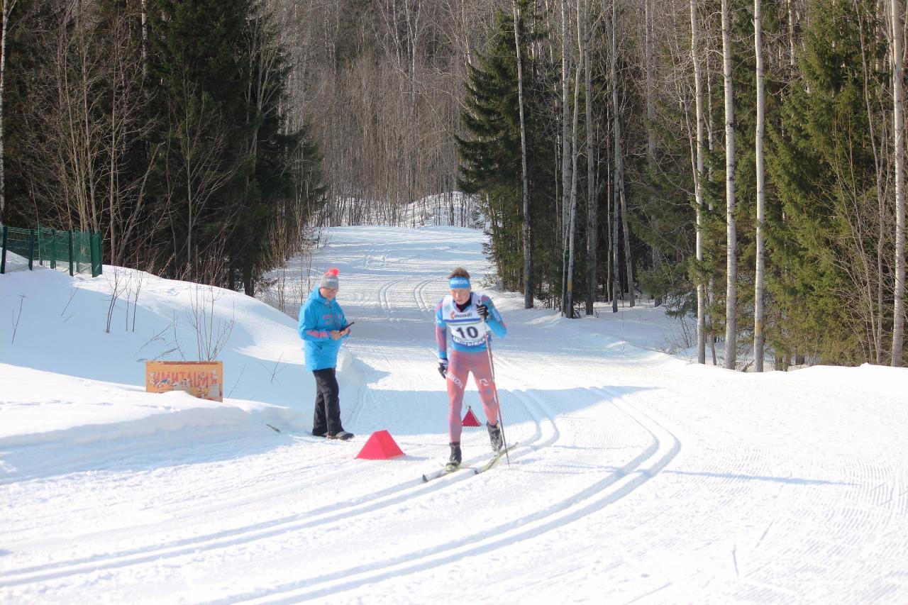 Андрей Некрасов на последнем подъеме первого круга. Старший тренер по резерву Владимир Тимофеев ведет хронометраж гонки по лидеру.