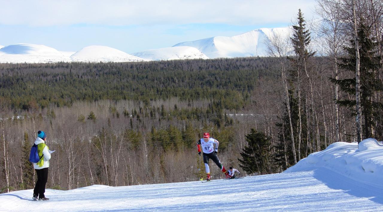 Мария Давыденкова форсирует очередной подъем на фоне Хибинских гор.
