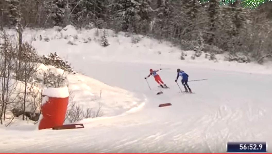 Но в это мгновение левая лыжа соскальзывает, спортсменка расхидавает руки, чтобы сбалансировать, но левая лыжа уже наезжает на правую и в следующее мгновение, которое упустил оператор, Анна оказывается на снегу, а финка умудряется объехать ее по внешнему радиусу.