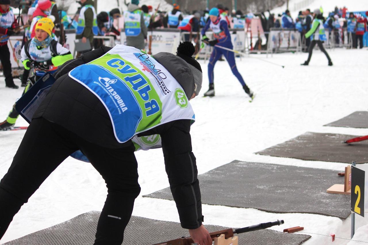 Пока спортсмены на кругу, судьи на рубеже должны успеть перезарядить их винтовки.