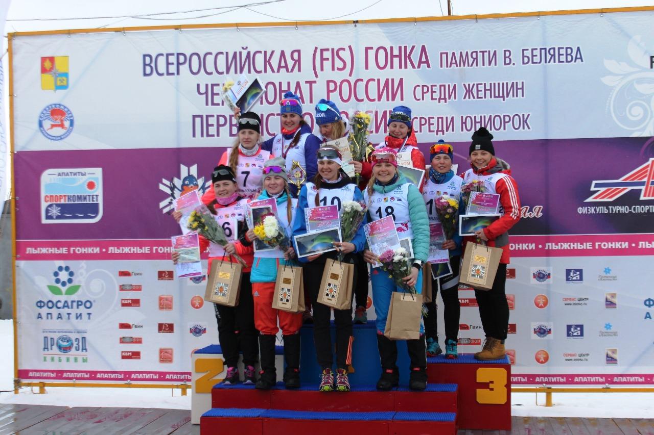 Счастливые покорительницы марафона на пьедестале.