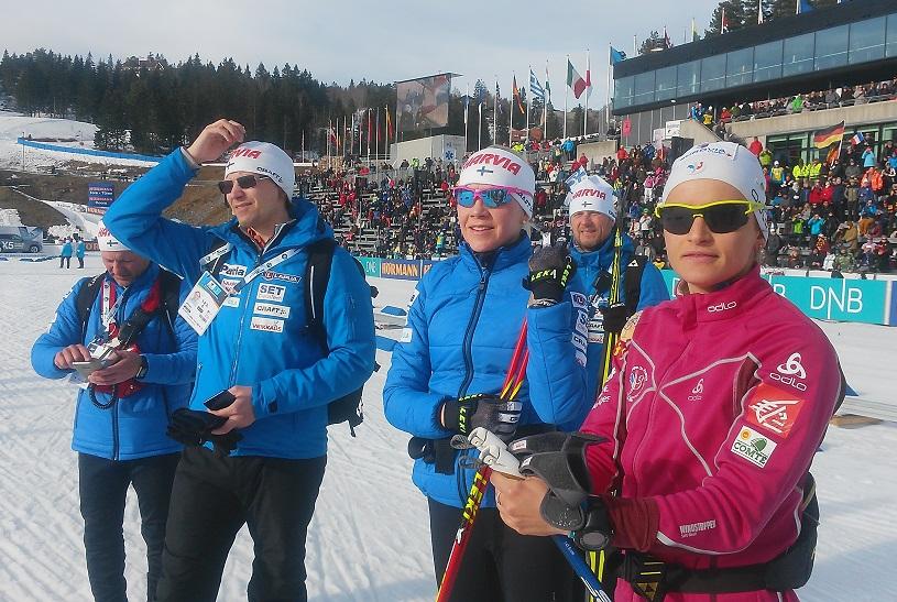 Товарищи по команде смотрят награждение Мари Лаукканен и француженок