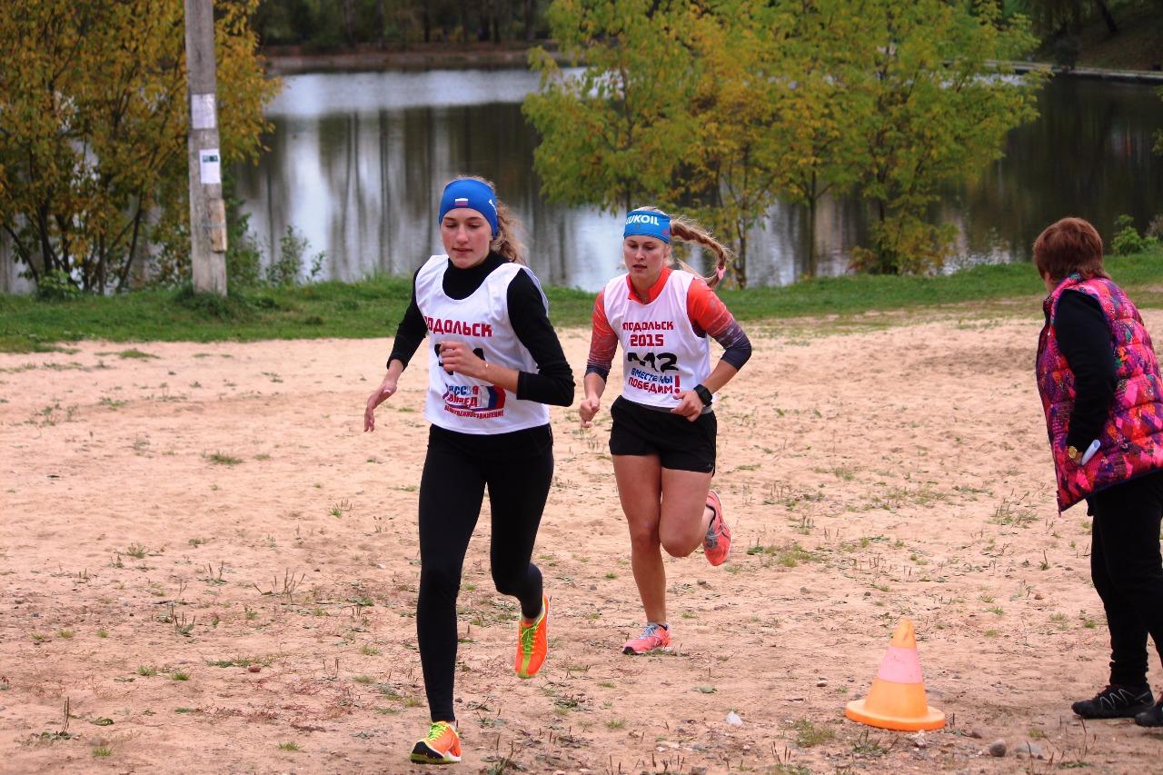 Начало дистанции у девушек старшего возраста. С первых же метров темп задавала Елизавета Бормашенко под 211 номером.