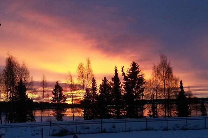 Северный закат. Это очень красиво! Вообще в окружающем пейзаже много ярких красок, особенно розового
