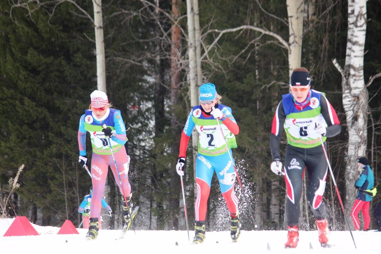 Впереди Аида Баязитова (Москва), Лидия Дуркина (Санкт-Петербург) и Ольга Кучерук (Тюменская область).
