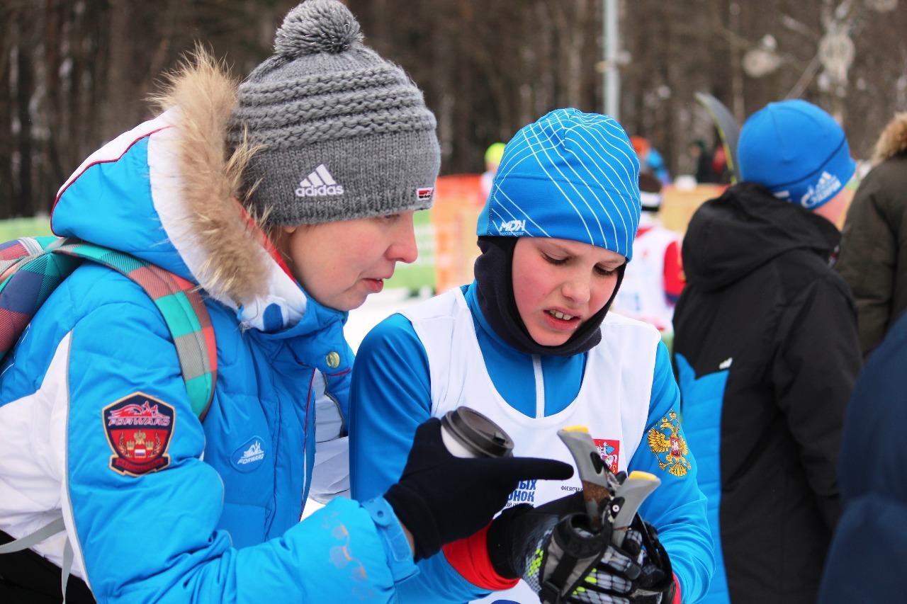 Никита Смирнов с мамой на финише.