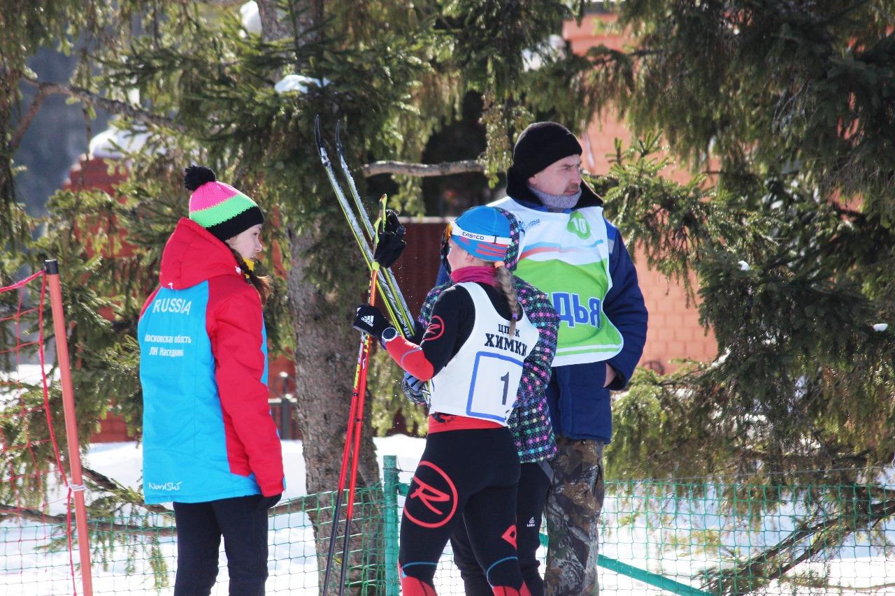 Марина Барышникова из лыжного клуба Наседкина далеко убежала от преследовательниц и финишировала первой. где ее ждали подруги по команде.