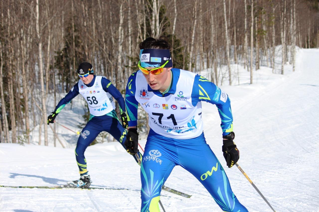 На дистанции казахские спортсмены Наиль Башмаков (номер 71) и Артем Ковалев (58 номер).