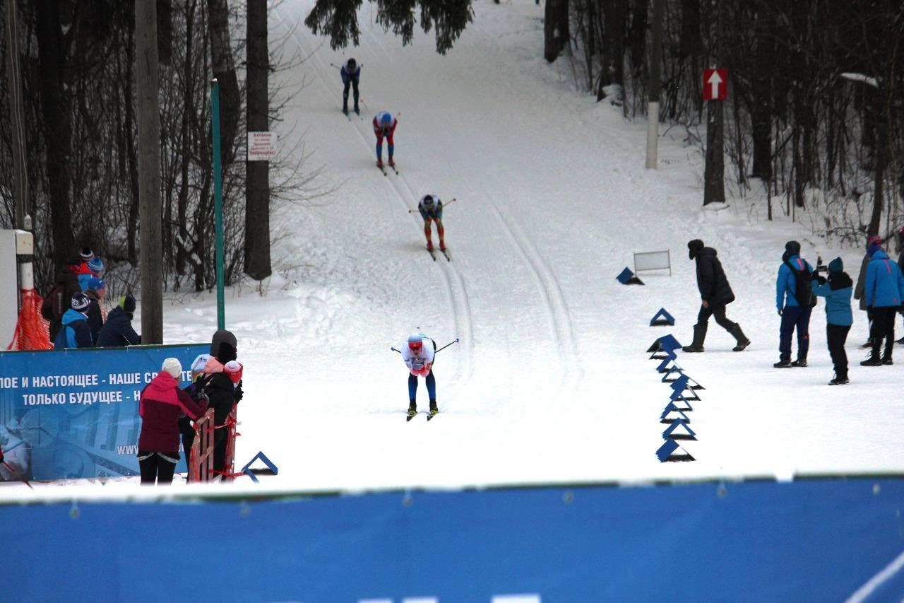 Будущие финалисты на заключительном спуске перед выездом на финишную прямую.