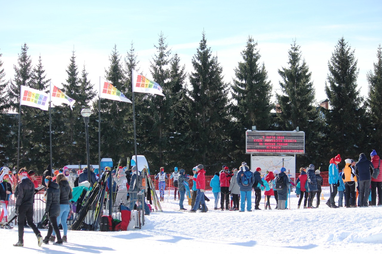 Лыжный стадион в ожидании смены этапа.