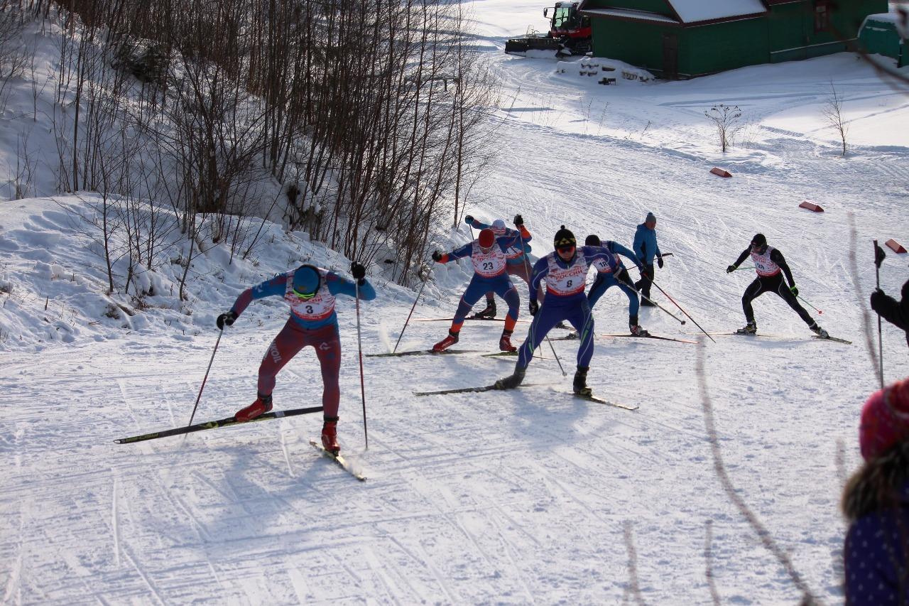 И снова впереди московский лыжник Владимир Фролов. Его преследует еще один представитель Москвы Александр Вдовин.