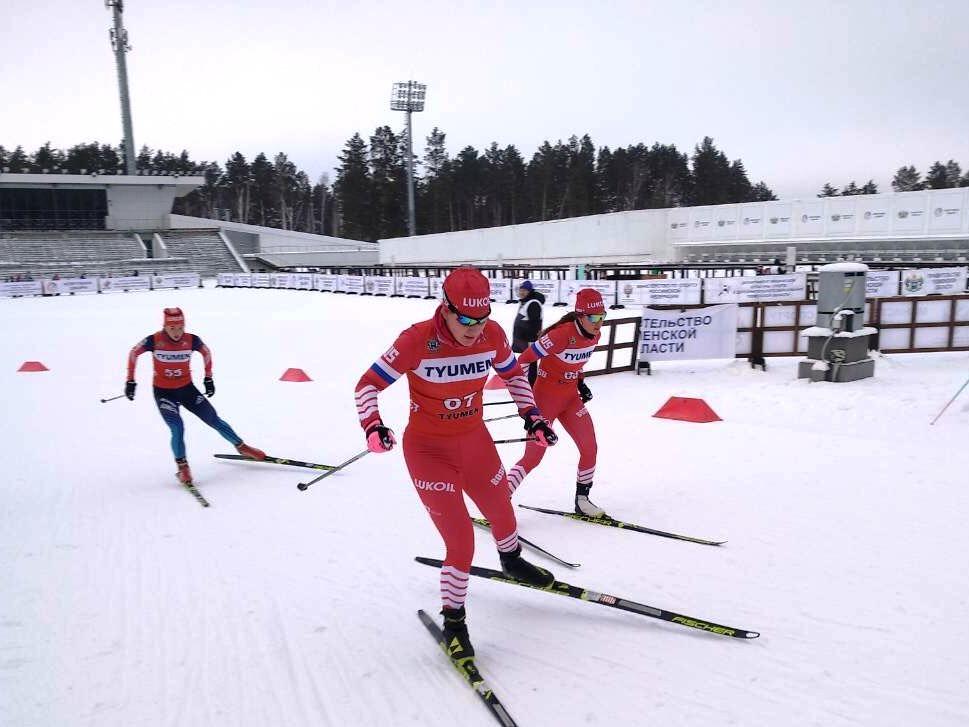 Яна Кирпиченко обходит Полину Некрасову. На заднем плане - бронзовый призер гонки Светлана Плотникова (Свердловская область).