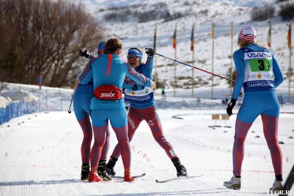 Победный финиш Марии Истоминой и радость подруг по команде.