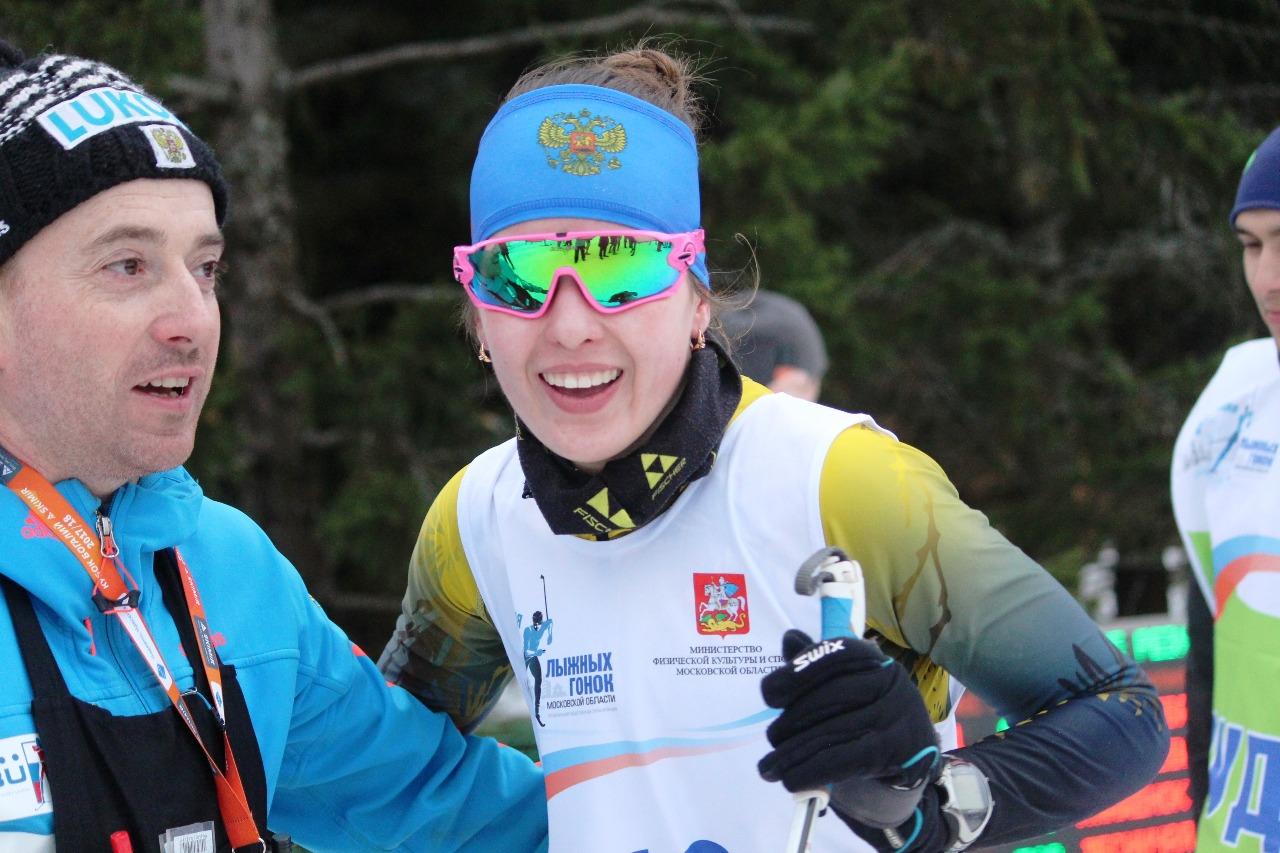 Валерия Абражеева со своим тренером после финиша.