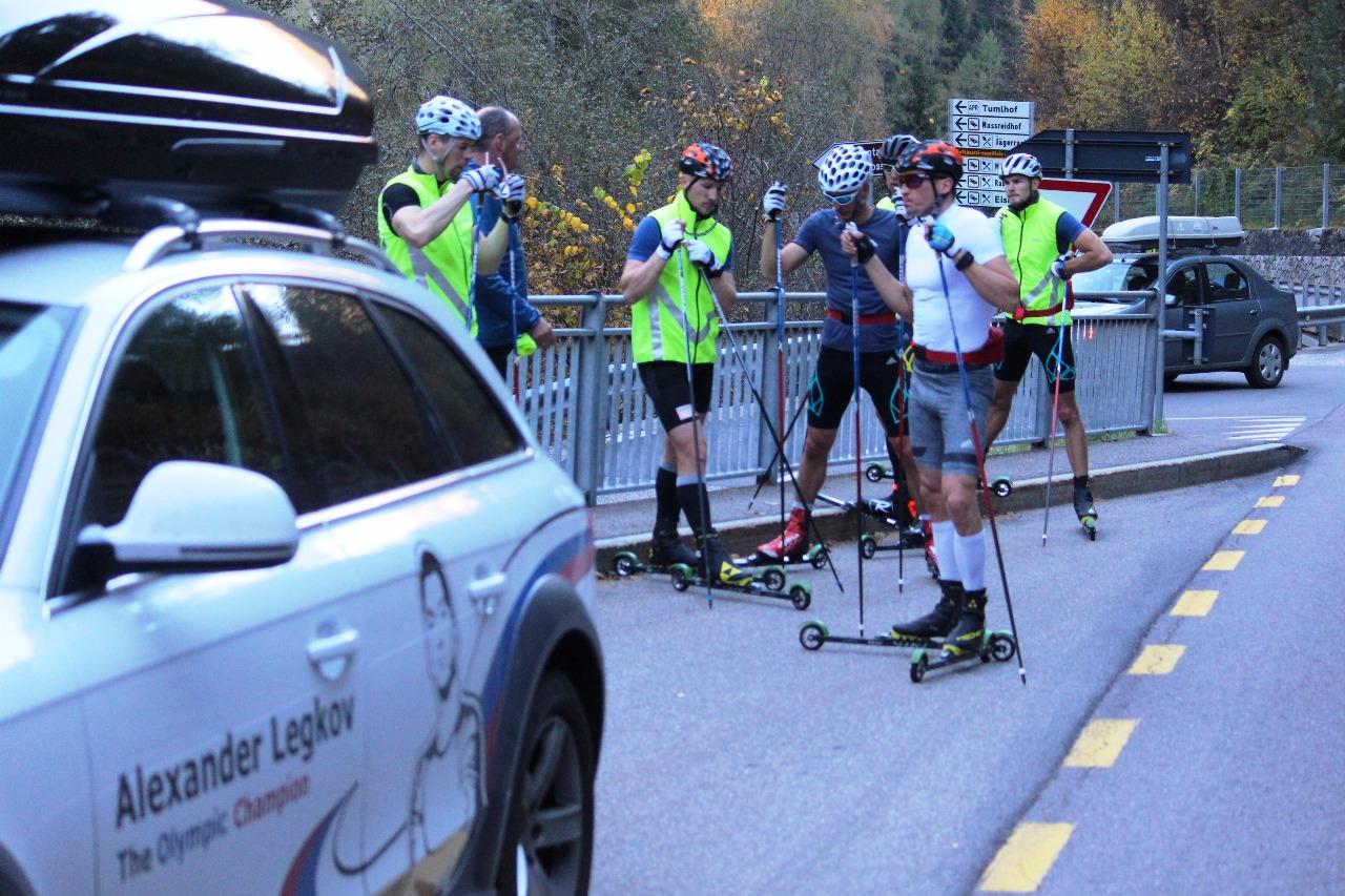 Маркус Крамер дает спортсменам четкие установки на предстоящие ускорения. Сам он будет следовать за спортсменами в гору на микроавтобусе.