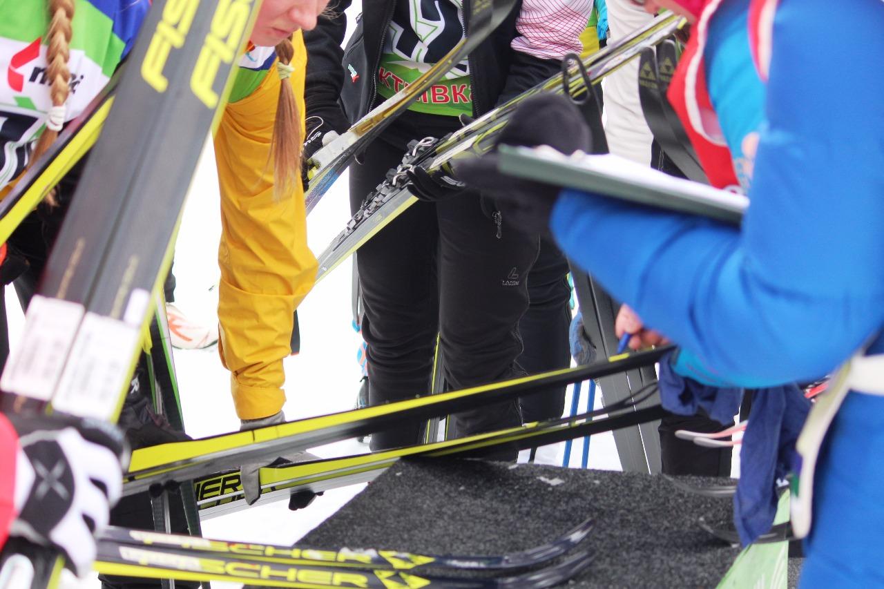 Маркировка лыж - на каждой паре (на классике и на коньковой паре пишется номер участницы).