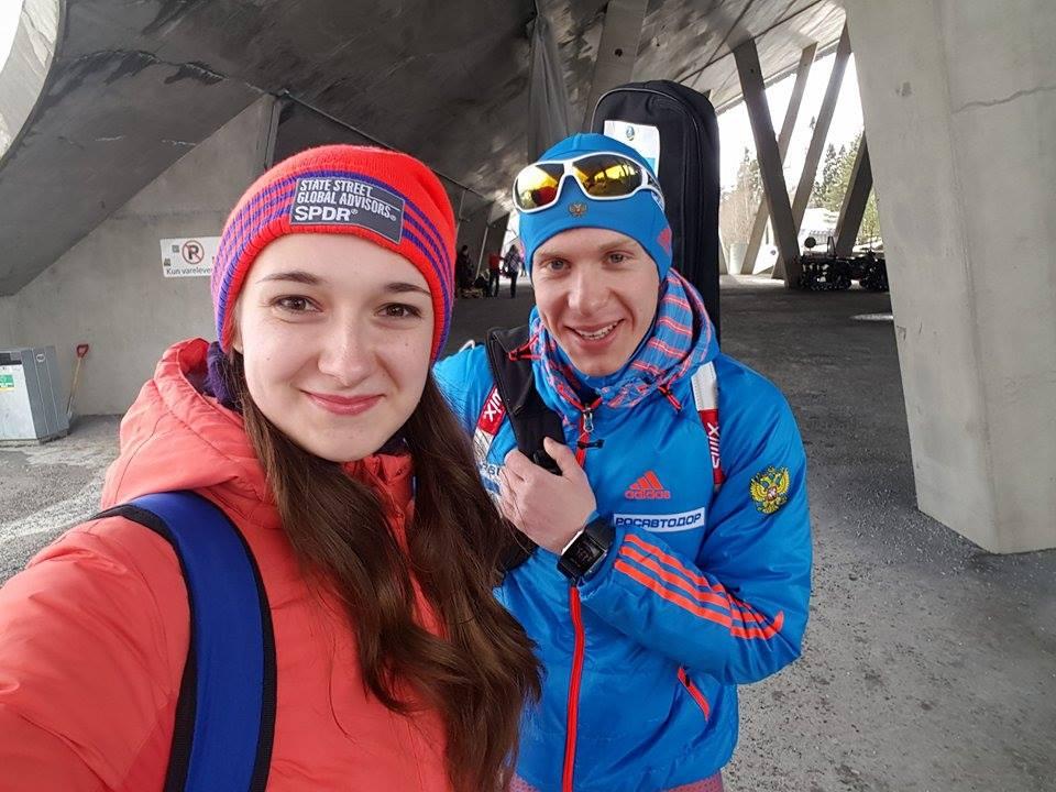 Российские болельщики в Холменколлене уже вовсю фотографируются с будущим нашего биатлона