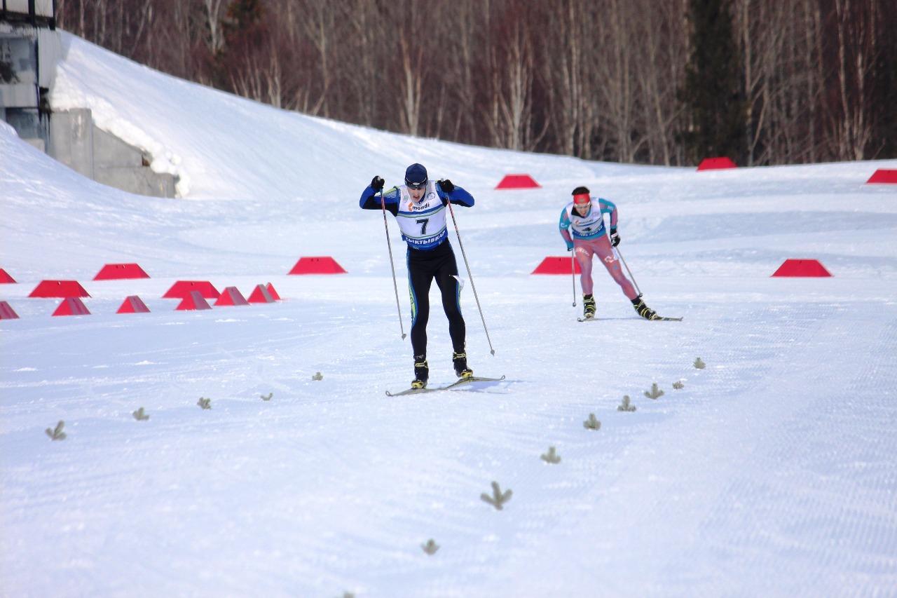Финишная прямая - осталось 50 метров. Лидирует Ярослав Егошин. За ним - Ярослав Рыбочкин.