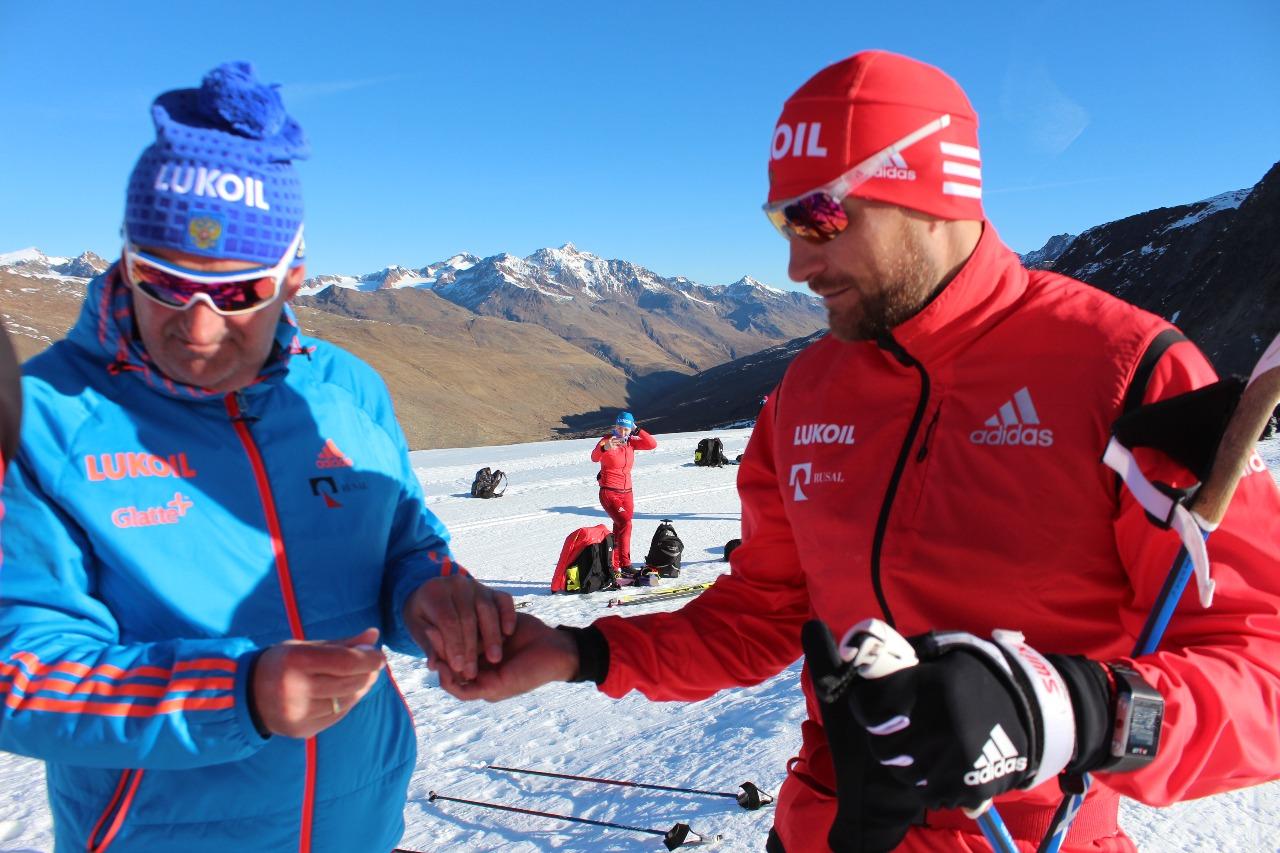 Маркус Крамер замеряет уровень латката в крови у Алексея Петухова во время тренировки на высокогорном глетчере в Валь Сеналесе.