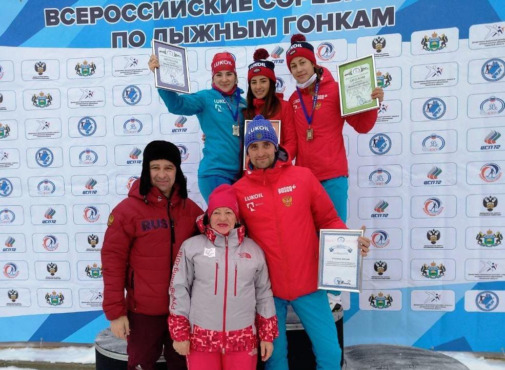 Победительница и призеры гонки юниорок до 23 лет.