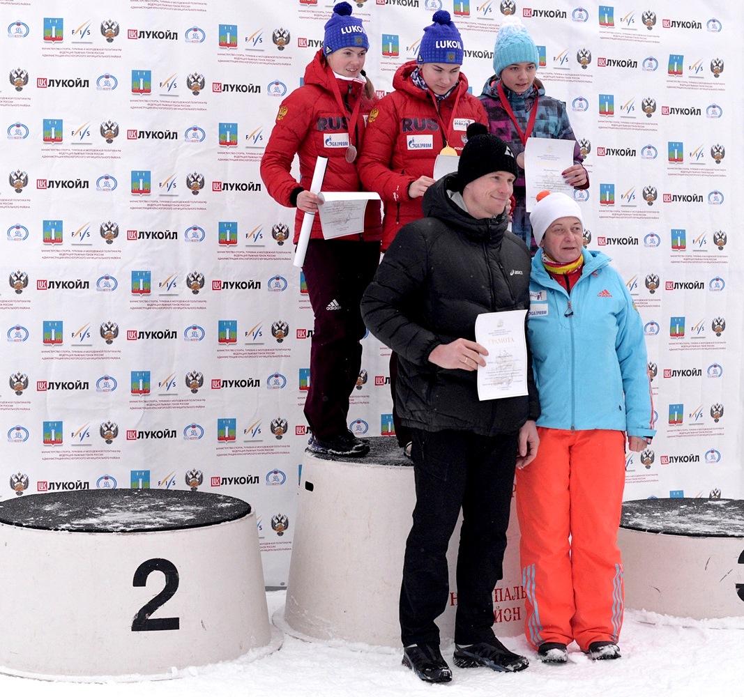 8. Победительница и призеры гонки девушек старшего возраста.