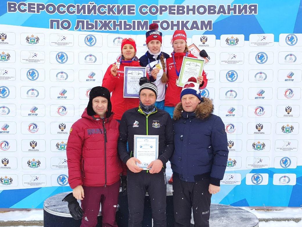 Победительница и призеры масс-старта на 15 км у юниорок до 19-20 лет.