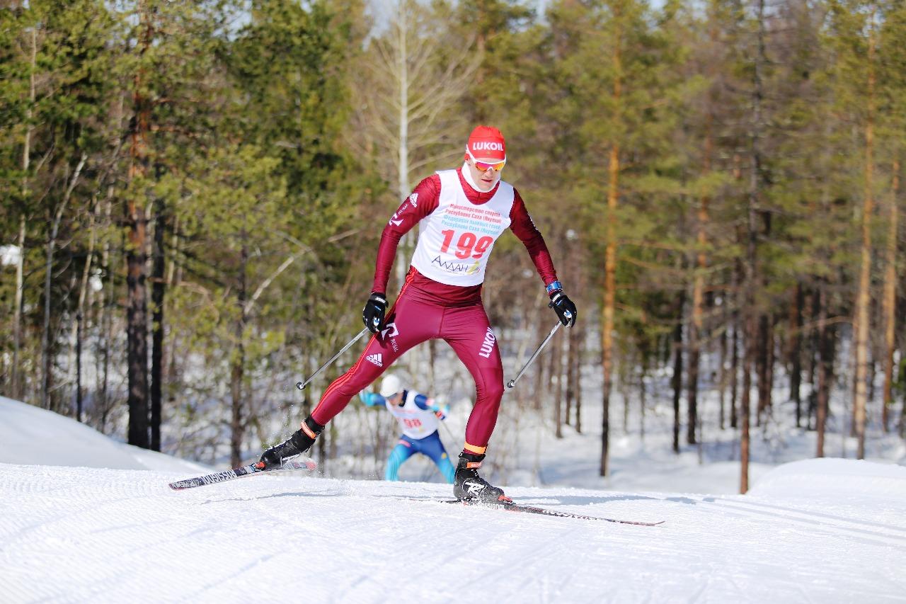 На дистанции победитель коньковой гонки Никита Крюков.
