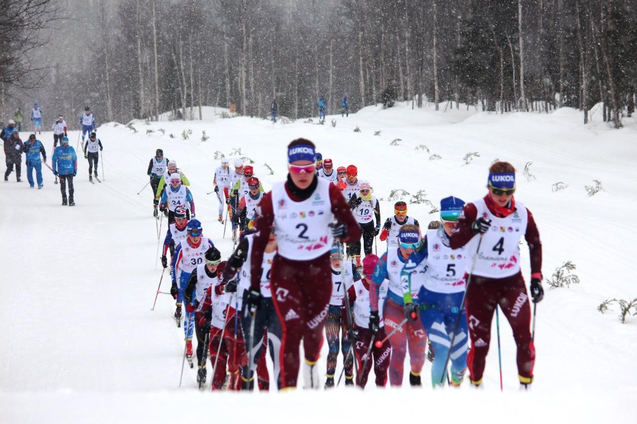 Позади первые 6 км, впереди представляющие команду Москвы Аида Баязитова и Нина Дуботолкина.