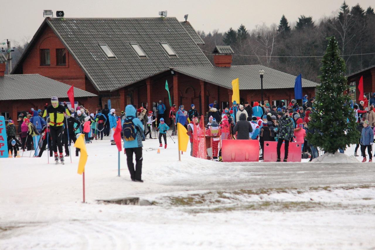 """Стартовая поляна в лыжном центре """"Истина"""" заполняется все прибывающим на соревнования участниками."""