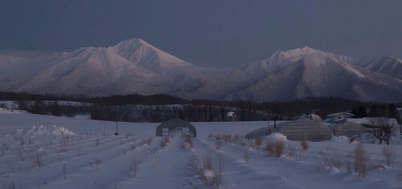 Вечер. Горы погружаются в темноту.