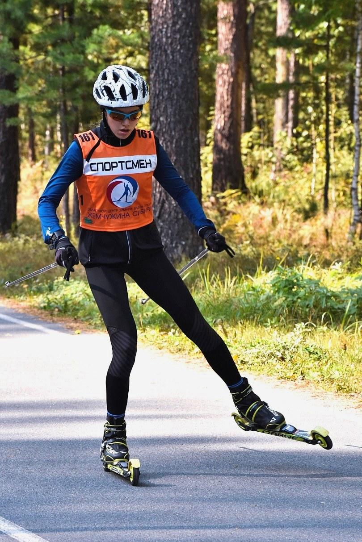 А вот и Кристина Егорова. Демонстрирует свою технику и навыки передвижения на лыжероллерах