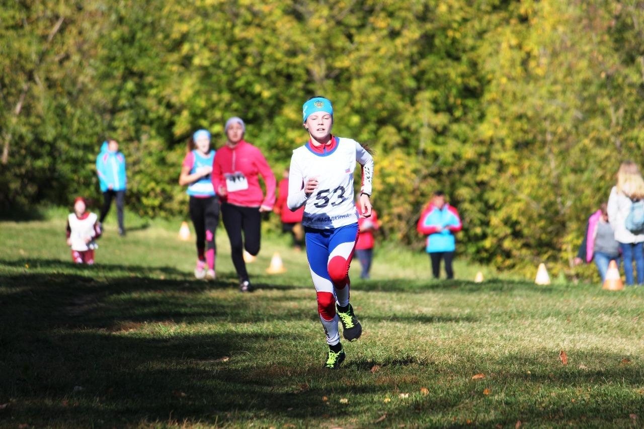 К своему победному финишу на 2-километровой дистанции мчится юная воспитанница лыжного клуба Наседкина Наталья Федченко.