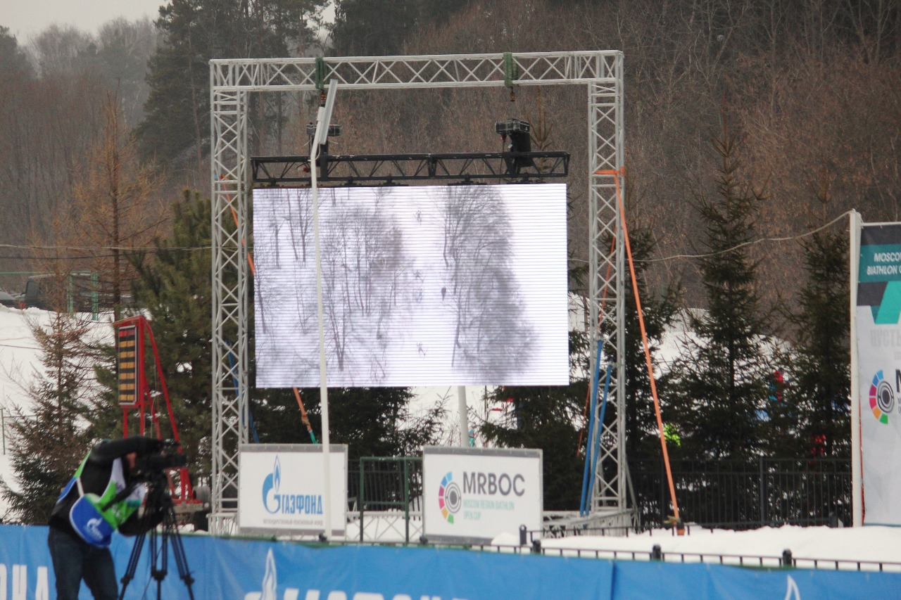 Видеокамеры по дистанции, дрон и большой экран на стартовой поляне.