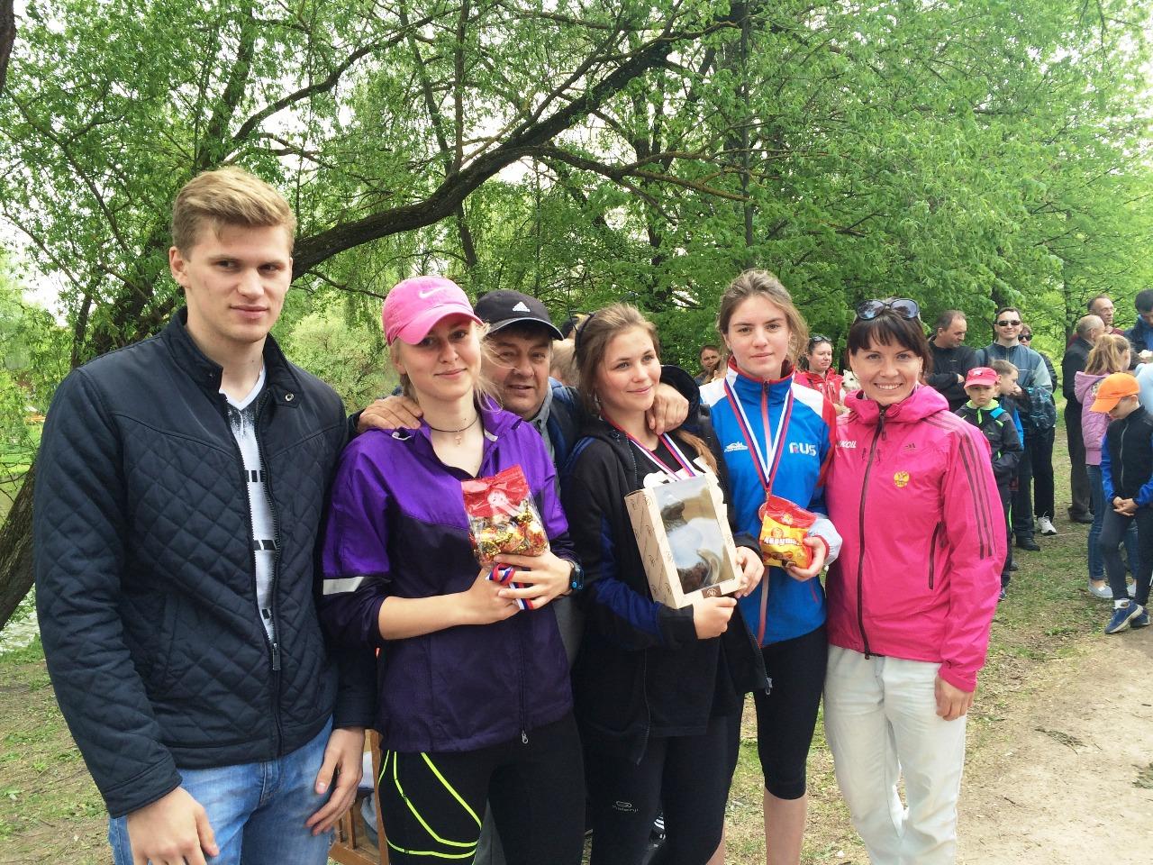 Ефимов с воспитанниками среди которых Александр Баканов и Наталья Ильина.