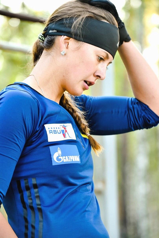 Екатерина Санникова перешла с одной технической части площадки исполнения заданий на другую. У неё сейчас будут выпрыгивания вверх на лесенке-ступеньках